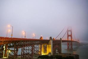 gyllene gate bridge med dimma san francisco foto