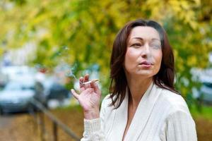 attraktiv mogen kvinna röker foto