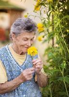 äldre kvinna i trädgården foto