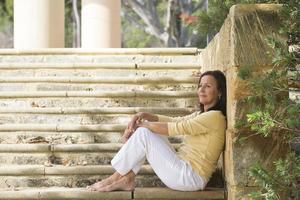 avslappnad glad mogen kvinna utomhus foto