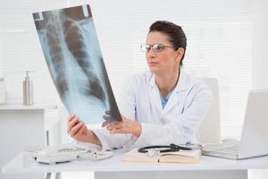 läkare tittar på skanningar foto