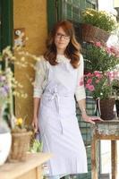 vacker kvinna som arbetar i blomsterbutik foto