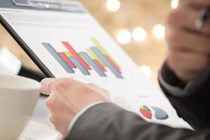 grafer och diagram analyserade av affärsmannen foto