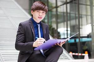 unga asiatiska manliga företagsledare innehar fil