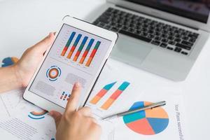 närbild av affärsperson som använder digital surfplatta med finansiella foto