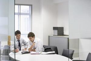affärsmän som har konferenssamtal