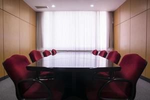 konferensbord och stolar i mötesrummet foto