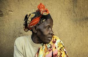 afrikansk kvinna som väntar. foto