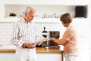 äldre par morgonkaffe foto