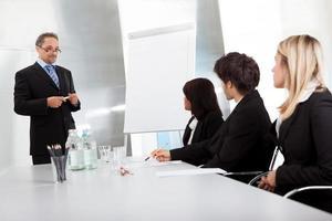 grupp affärsmän vid presentation foto