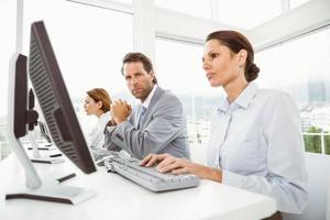 affärsmän som använder datorer i office