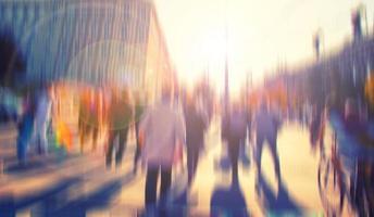 människor som går på trångt gata, upptagen gata foto