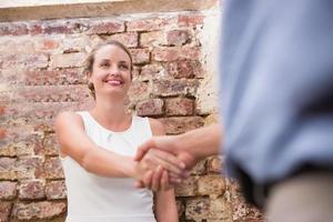 närbild av affärsmän som skakar hand foto