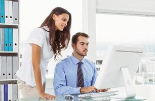 affärsmän som använder datorn på kontoret