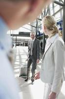 Tyskland, Leipzig-halle, flygplatsaffärsfolk med resväska foto