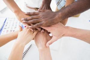 affärsmän som sammanfogar händerna i en cirkel foto