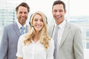 porträtt av glada affärsmän på kontoret