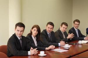 konferens, grupp med fem affärsmän foto