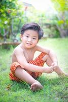 utomhus porträtt av en liten asiatisk pojke. foto