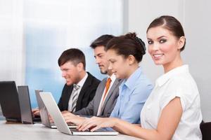 företagare som använder bärbar dator foto