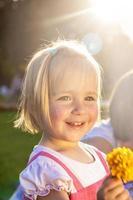 leende liten flicka foto