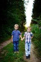 två bröder som kramar varandra utomhus foto