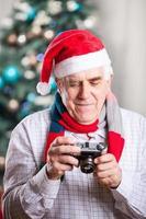 äldre man tar foto på jul bakgrund