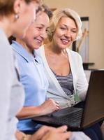 äldre damer med laptop