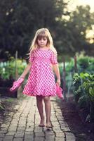 liten flicka i trädgården. foto