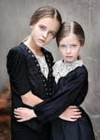 porträtt av två flickvänner i höst foto