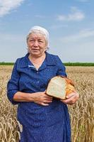 mormor med bröd. foto