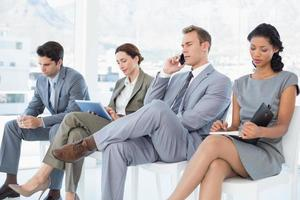 affärsmän som sitter och väntar foto
