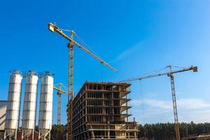 byggkranar vid konstruktion foto