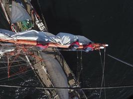 arbetar högt upp på en högfartyg eller segelbåt, lagarbete foto