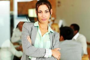 vacker affärskvinna med vikta armar foto
