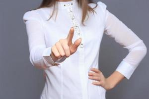 kvinna framför den visuella pekskärmen foto