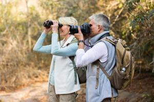 äldre vandrare på berget foto