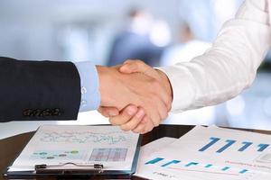 bild av ett fast handskakning mellan två kollegor på kontoret