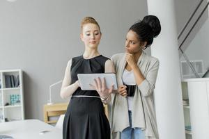 unga kvinnor på kontoret foto