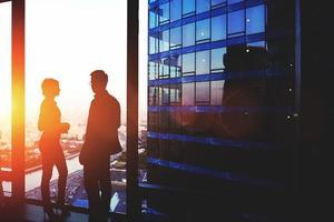 ung man och kvinna skickliga ekonomer kopplar av efter konferensen foto
