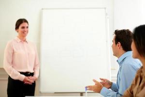 vacker professionell kvinna tittar på kollegor