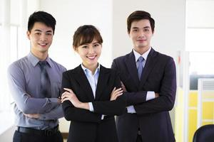 framgångsrikt ungt affärslag som står på kontoret foto