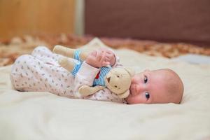 spädbarn med en leksak foto