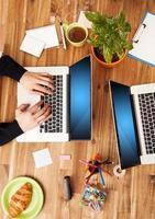 man och kvinna som arbetar på bärbara datorer foto