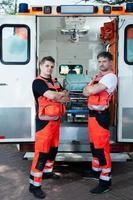 manliga paramediker utanför ambulansen foto