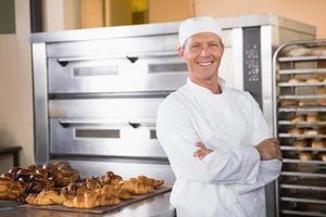 leende bagare tittar på kameran foto