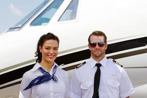 pilot och flygvärdinna redo för passagerare foto