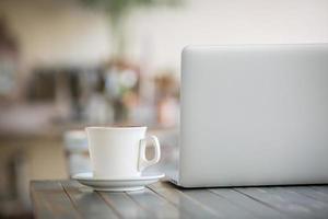 bärbar dator och kaffe foto