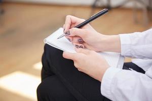 affärskvinna med en anteckningsbok foto