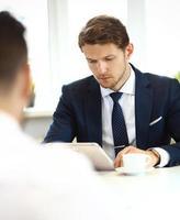 ung chef lyssnar på sina kollegas förklaringar foto
